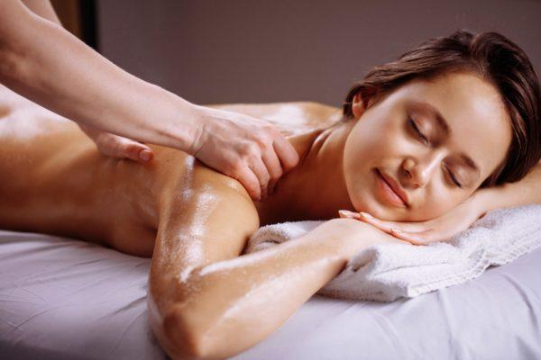 男性アロマセラピストによる力強いタッチのアロママッサージで女性が心地よく感じている画像です