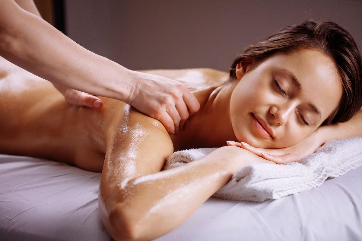 男性アロマセラピストによるアロママッサージで女性が心地よく感じている画像です