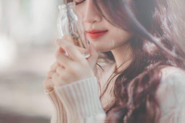 アロマオイルの香りは女性をうっとりした気分に誘い、女性ホルモンの分泌を促進します