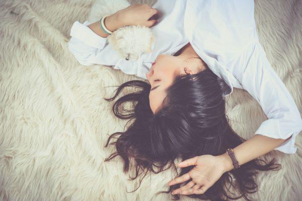 ベッドに横たわる女性の画像。女性向け性感マッサージの方法を説明するチャプターです。