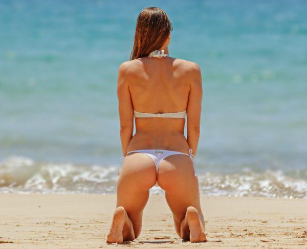 ヒップメイク、ヒップアップ、美尻には運動、休養、栄養が大事です。美尻マッサージも効果があります。画像は美しいヒップのビキニ姿の女性。