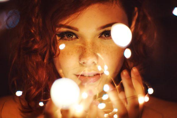 不感症は男性に原因があることも多い、女性が大きく目を見開き、まっすぐこちらを見つめている画像