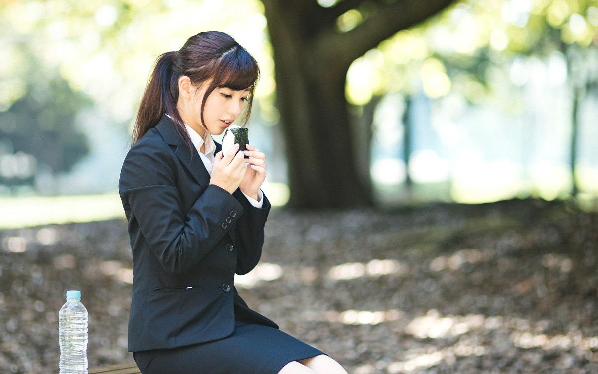 就活中にひとりで公園でお昼を食べる就活女子。