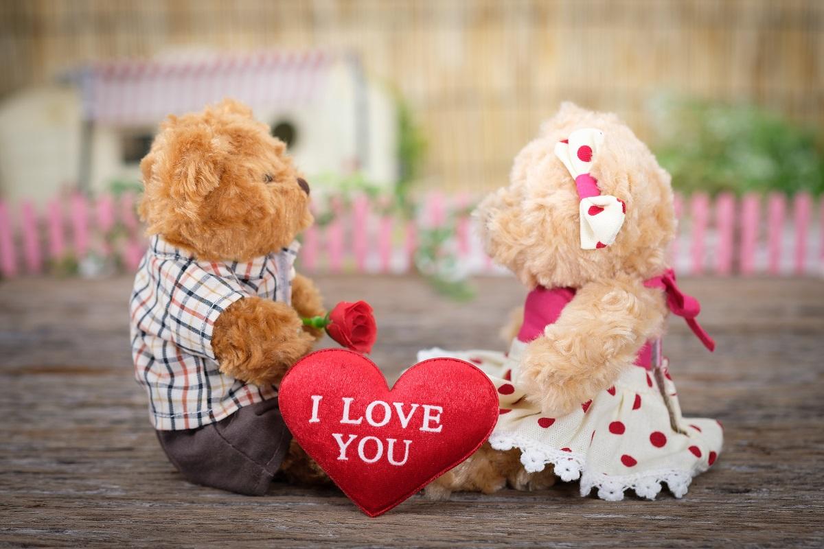 ラブマッサージを象徴するテディベアのカップルの画像
