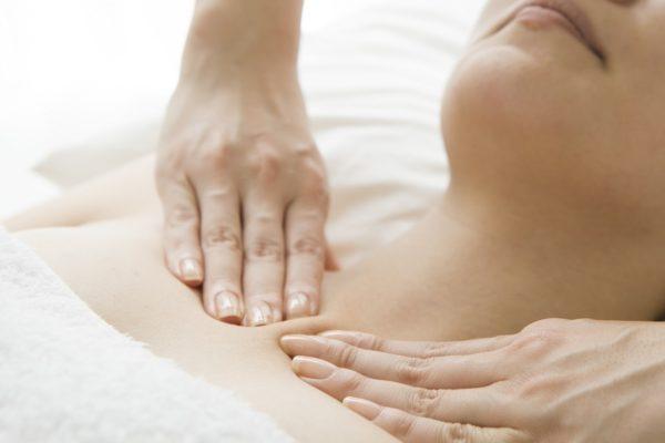 リンパマッサージにおいて女性のデコルテにある鎖骨リンパ節をマッサージしている画像です。