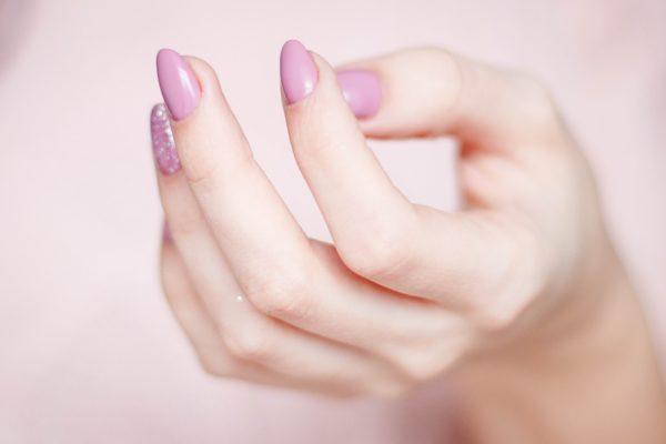 ネイルオイルでケアされた爪は、ネイルも美しく映えます。美しいネイルの画像。