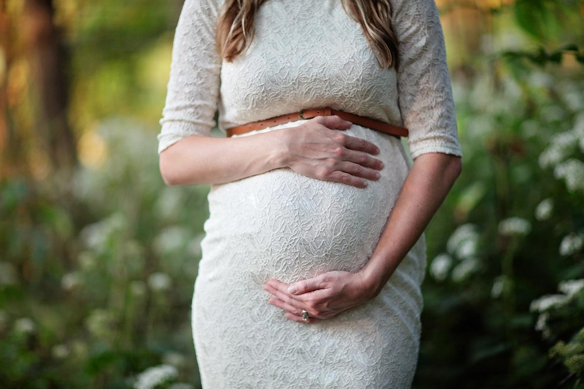 森にたたずむ妊婦の画像