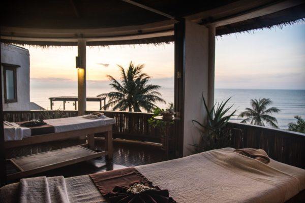 リゾートにあるビーチを望むマッサージサロンの画像です