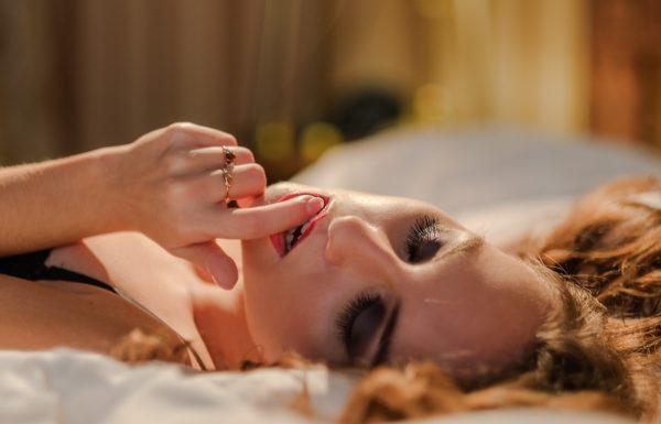 ベッドに横たわる女性、性感帯は女性の様々な部位にあります