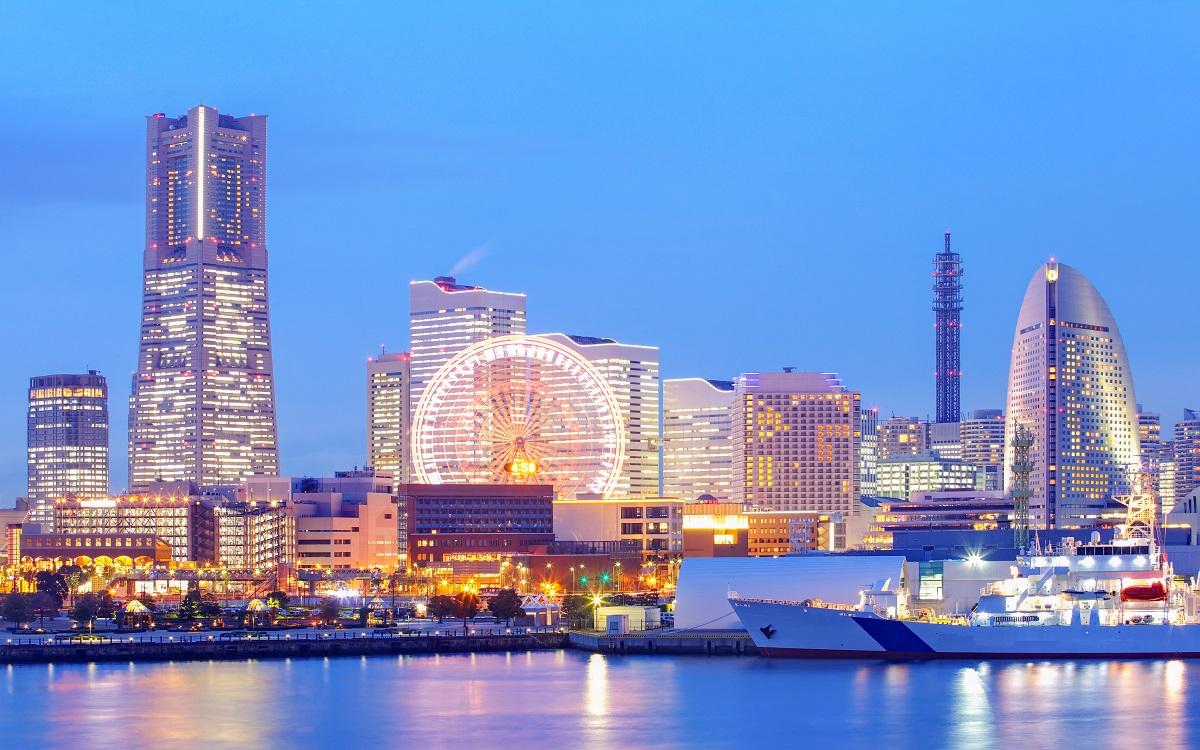 みなとみらい・桜木町の夜景、コスモワールドやランドマークタワーを望む