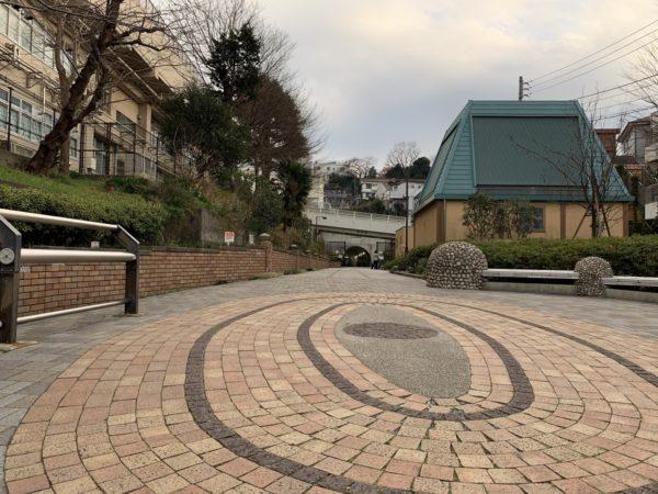 東横線の線路跡に設けられたフラワーロードは反町駅から横浜駅まで続いています。