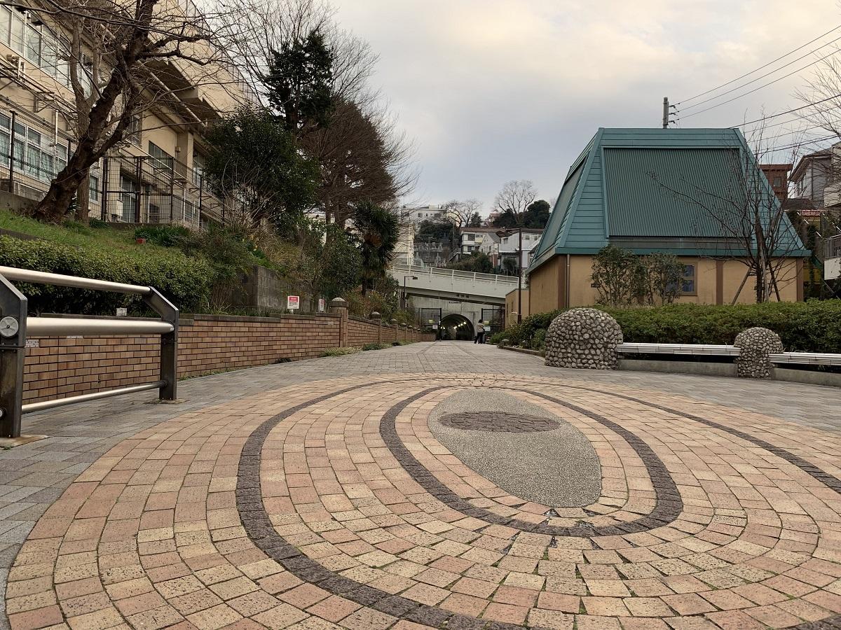 東横線の地下化に伴い、線路跡に設けられた歩道がフラワーロードです。反町駅から横浜駅まで徒歩で10分です。