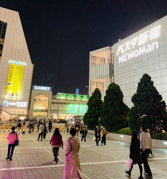 新宿南口テラスからバスタ新宿、小田急新宿駅、JR新宿駅を眺める