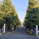 慶応義塾大学日吉キャンパスの正面入り口の画像